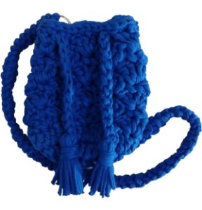 Mini bolsa saco de crochê azul