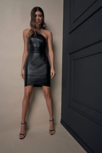 Vestido de Couro Curto Ajustado Frente Unica com Recortes