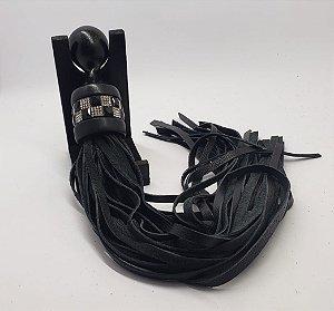 Flogger preto em couro com detalhe em strass
