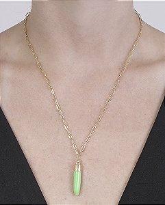 Colar de metal dourado com acrílico verde clívia