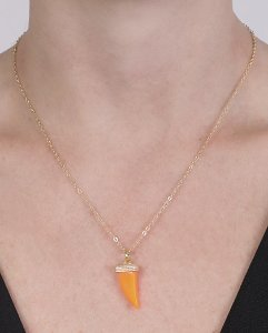 Colar de metal dourado com acrílico laranja neon amarílis