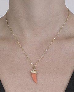 Colar de metal dourado com acrílico laranja amarílis