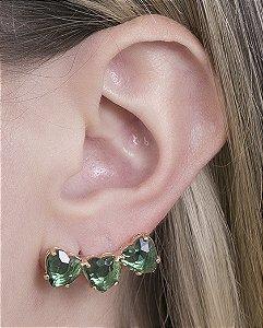 Ear cuff de metal dourado com pedra verde abigail