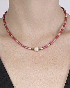Gargantilha choker de metal dourado com pedra rosa rejane