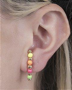 Ear hook de metal dourado cm pedras coloridas cora