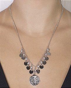 Colar de metal prateado com pedra cristal khalid