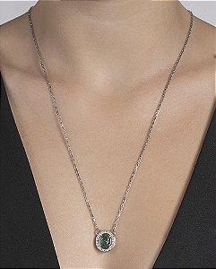 Colar de metal prateado com pedra verde Aguiar
