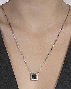 Colar de metal prateado com pedra verde loubert