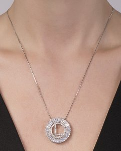 Colar de metal prateado com strass cristal letra L