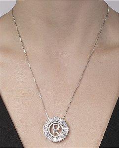 Colar de metal prateado com strass cristal letra R