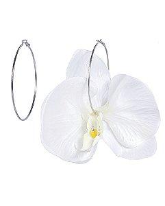 Argola de metal prateada com flor off white Enid