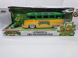 Miniatura Volkswagen Kombi Pick-Up Bus 1962 Tartarugas Ninja com mini Leonardo - Escala 1/24 - Jada Toys