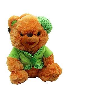 Urso de pelúcia com chapéu e blusa
