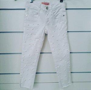 Calça Branca com Pérolas Aplicadas nas Pernas