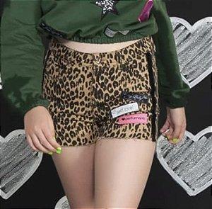 Shorts Sarja Onça Faixa Lateral e Etiquetas Bordadas