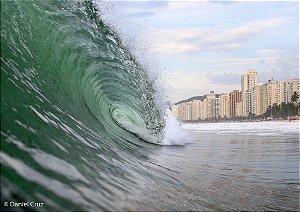 Onda tubular num belo mar verde em contexto urbano