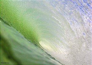 Por dentro do tubo em um lindo mar verde esmeralda