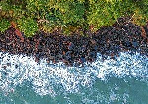 Fotografia aérea de mar e faixa de pedras
