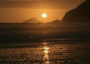Belo pôr do sol dourado e o mar