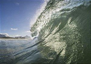 Onda tubular em um belo mar verde esmeralda