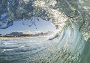Belo tubo num mar verde esmeralda