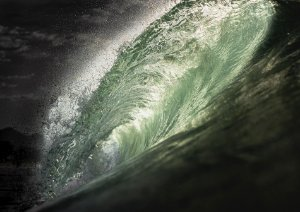 Belo tubo em um mar verde esmeralda