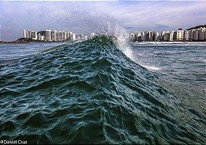 Fotografia aquática com cenário urbano ao fundo