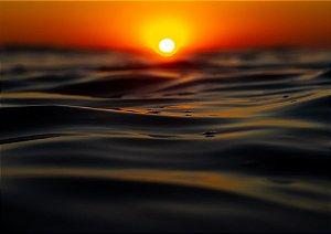 Nascer do sol com um belo céu laranja em fotografia aquática
