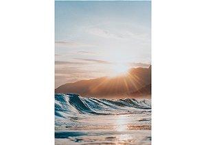 Pôr do sol por trás do monte contrastando com ondulação