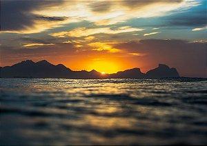 Sunset por trás dos montes em fotografia aquática