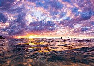 Pôr do sol com surfistas pegando onda