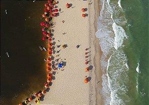 Faixa de areia entre o rio e o mar