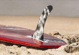 Prancha na areia com uma quilha