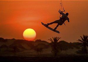 Pôr do sol com silhueta do kitesurf
