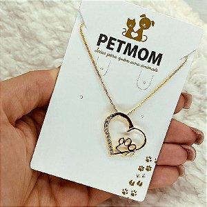Colar em formato de coração com pata dourado e pedras de zircônia