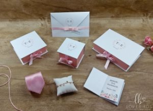 120 Convites (carteira), 25 Caixas 12x15x7, 22 Manual dos padrinhos, 100 tags, 37 menu cartonados, 1 kit toalete