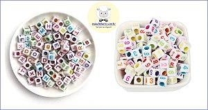 Entremeio Dadinho Passante quadrado com alfabeto ou número - 6mm - Embalagem de 90 gramas com alfabeto ou de 45 gramas com números aleatórios