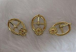 Fivela de Metal, com flor, Cor Dourada, Tamanho: 25mm X 17mm - Embalagem com 10 unidades