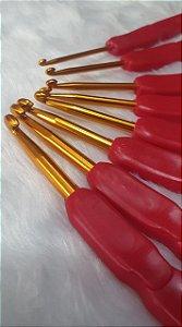Kit com 8 Agulhas de Crochê, Ponta em alumínio e cabo plástico levemente ondulado. Tamanhos 2,5mm, 3,0mm, 3,5mm, 4mm, 4,5mm, 5mm, 5,5mm e 6mm
