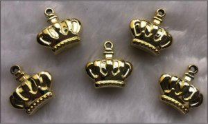 Coroa Pingente ABS Dourada - *Tam: 30 X 26 X 10 mm* - (Venda por Unidade)