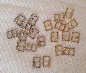 Fivela Quadrada Trabalhada - Cor Dourada ou prateada, Tamanho: 21 mm X 9 mm - Embalagem com 10 unidades