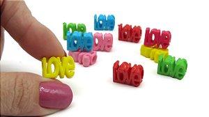 Passante LOVE - 16x12mm - furo de 5mm - Cores: Verde, amarelo, azul, laranja, pink e rosa - *embalagem com 12 unidades (2 peças de cada cor)*