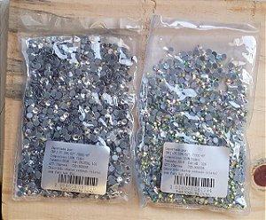 Strass -  Chaton redondo em Cristal sem furo HotFix  -  Tamanho:  SS16, 4mm  -  Cores: aurora boreal (neon) ou Cristal - pacote com 1440 peças (aproximadamente)