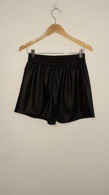 Shorts em material sintético com elástico na cintura