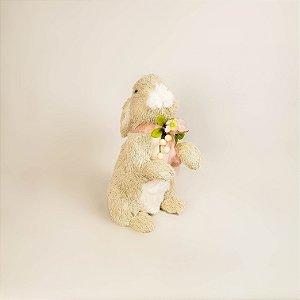 Coelho creme com laço rosa e flores 30cm