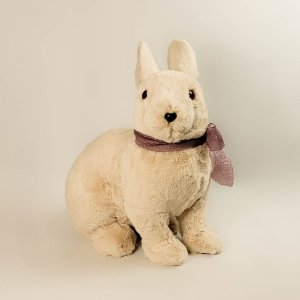 Coelho de pelúcia c/ laço lilás, sentado 33cm