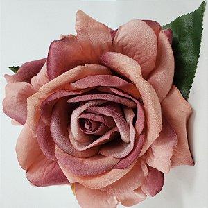 Rosa solitária rosê