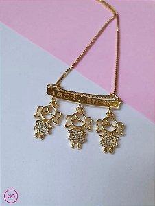 Colar banhado a ouro com pingente de 3 meninas
