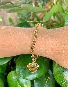 Pulseira de élos pequenos com pingente de coração banhada a ouro