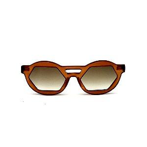 Óculos de Sol Gustavo Eyewear G134 7. Cor: Marrom fosco. Haste preta. Lentes marrom.